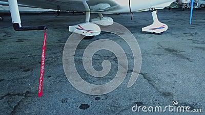Verwijder vóór de afdekking van de pitotbuis van het kleine vliegtuig voor de algemene luchtvaart stock video