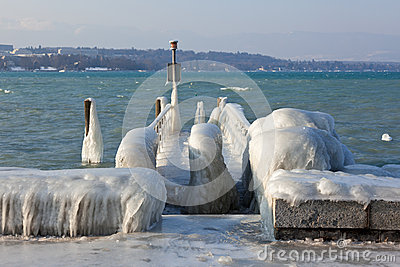 Very cold temperature give ice and freeze at the lake Leman bord