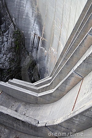 Verzasca_dam_alternative_energy