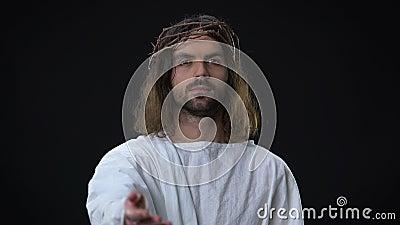 Verzeihender Retter, der Hand auf dunklem Hintergrund, religiöser Glaube, Hoffnung ausdehnt stock video footage