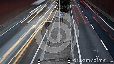Verzendende auto's rond middel stock videobeelden