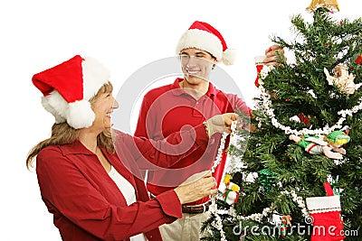 Verzierung den Weihnachtsbaum - Familien-Spaß