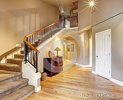 Vest bulo con la escalera en casa de lujo foto de archivo - Escaleras de casas de lujo ...
