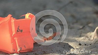 Veste à vie sur la plage abandonnée, mort après accident d'avion ou naufrage, catastrophe clips vidéos