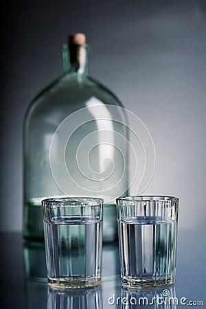 Vetri di vodka e di una bottiglia
