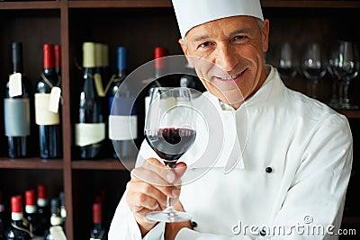 Vetro della holding del cuoco di vino rosso