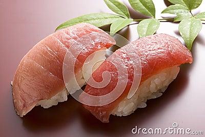 Vettige tonijnsushi