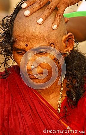 Veuve indienne - shavihg sa tête Photo éditorial
