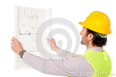 Väg-och vattenbyggnadsingenjör som granskar ritningen