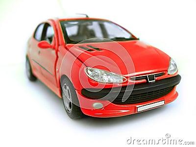 Véhicule modèle rouge - berline avec hayon arrière. Passe-temps, ramassage