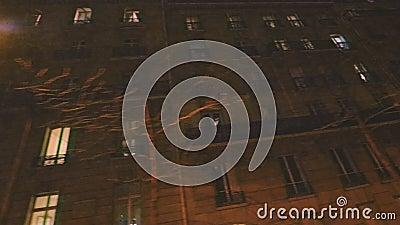 VHS Vintage-Effekt Niedrige Winkel-Zeitlupe Kinematik HD PAris in der Nacht stock video