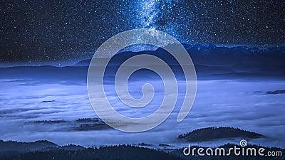 Via Látea sobre nuvens de fluxo nas montanhas de Tatra na noite, Polônia filme