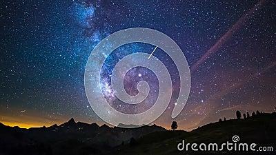 Via Lattea e stelle di lasso di tempo di Astro che girano sopra le alpi francesi italiane maestose nell'estate Scivolamento della video d archivio