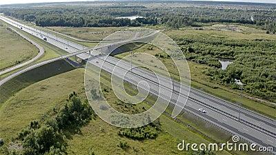 Viaduto sobre a autoestrada para dirigir para o outro lado vídeos de arquivo