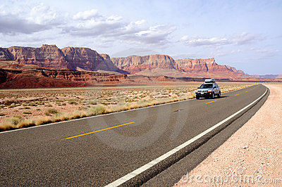 Viagem por estrada através do nacional Vermilion Monume dos penhascos