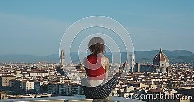 Viaggiare in Europa Felice ragazza, turista in Italia Skyline del paesaggio di Firenze Basilica di Santa Maria del Fiore video d archivio