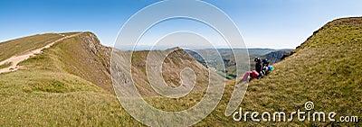 Viaggiatore con zaino e sacco a pelo nelle montagne - panorama
