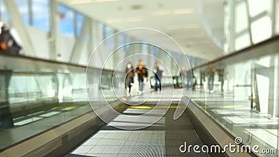 Viajantes do aeroporto em deslocamento movente da inclinação da passagem video estoque