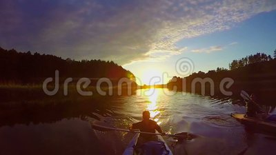Viajantes que kayaking no por do sol, vista excitante, esporte, lento-mo vídeos de arquivo