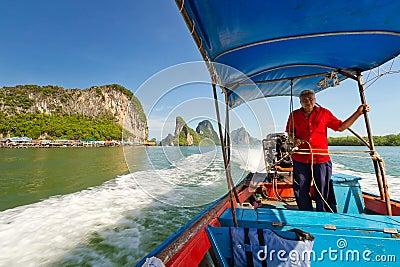 Viaje del barco de la cola larga en la bahía de Phang Nga, Tailandia Foto editorial