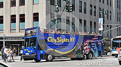 Viaje del omnibus que conduce con el Midtown de Manhattan Imagen editorial