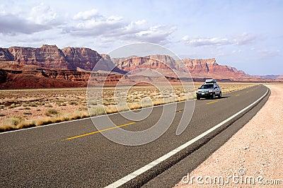 Viaje por carretera a través del nacional bermellón Monume de los acantilados