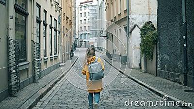 Viajero caminando en una ciudad, tomando fotos metrajes