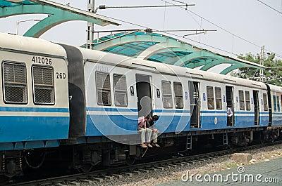 Viajeros en el tren indio Imagen editorial