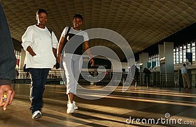 Viajeros en una estación de Johannesburg Imagen editorial