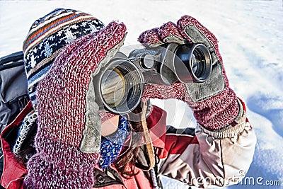 Viandante della donna con il binocolo