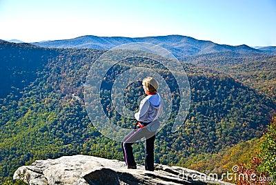 Viandante della donna su una roccia