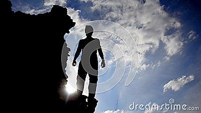 Victory Pose durch Mann auf Hügel stock video
