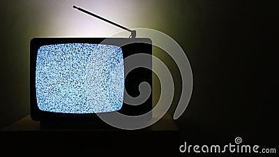 Vidéo d'un vieux téléviseur à gauche sur fond sombre sans signal ni effet de bruit granuleux sur l'écran banque de vidéos