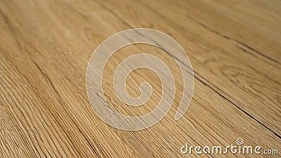 Vidéo de 4 k de ralenti en panoramique sur le plancher en bois dur moderne Le sol est fini en bois d'érable rouge naturel avec gr banque de vidéos