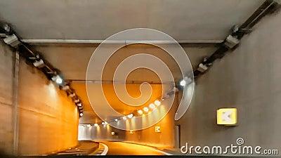 Vidéo montrant à vitesse modifiée, l'entrée et la sortie en voiture d'un passage souterrain pour Mestre la vénézuélie banque de vidéos