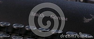 Video de un concepto de trabajo doméstico con máquina de escribir antigua almacen de metraje de vídeo