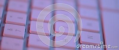 Video de un teclado mac plateado sobre fondo blanco metrajes