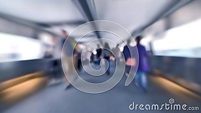 Video di movimento lento della gente che si muove in tunnel ammucchiato al traffico della via della città di Hong Kong video d archivio