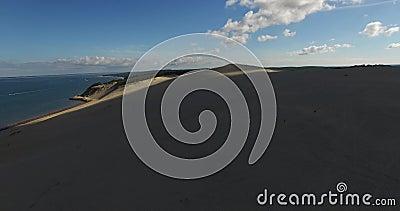 Video di più grandi duna ed oceano di sabbia Dune du Pilat in Europa, Arcachon, Francia Orme sulla sabbia, video per il backgr de archivi video