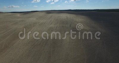 Video di più grandi duna ed oceano di sabbia Dune du Pilat in Europa, Arcachon, Francia Orme sulla sabbia, video per il backgr de stock footage