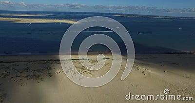 Video di più grandi duna ed oceano di sabbia Dune du Pilat in Europa, Arcachon, Francia Orme sulla sabbia, video per il backgr de video d archivio