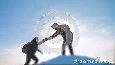 Video för ultrarapid för arm för händer för hjälp för teamworkaffärsidéseger ger turist- fotvandrare för laggrupp en hjälpande ha stock video