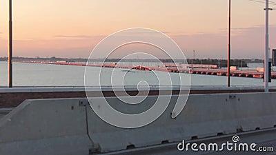 Video hacia la puesta del sol del puente de la libertad, el único acceso por tierra a la bella Venecia. con el tráfico habitual almacen de metraje de vídeo
