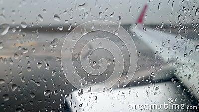 Video 4k di un velivolo instabile a vibrazione che guida su una pista di atterraggio bagnata durante una tempesta di pioggia archivi video