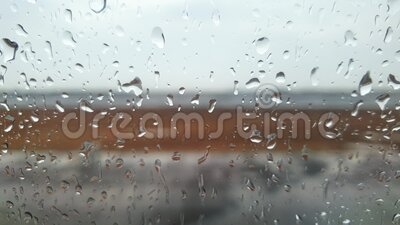 video 4k su velivolo che atterra e guida su pista durante una forte tempesta di pioggia video d archivio
