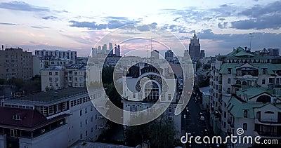 Video in 4K - Vista paroramica aerea del centro storico di Mosca alle luci della sera, Russia video d archivio