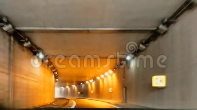 Video van de gewijzigde snelheid, de in- en uitreis met de auto van een underpass naar mestra venezia stock footage