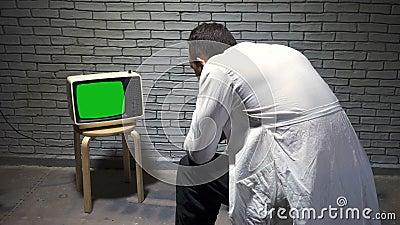 Video van wetenschapper die retro tv kijkt stock footage