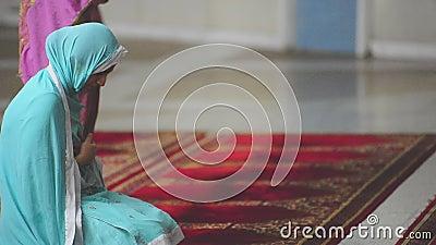 Video von Frauen in der Faisal Moschee stock video footage