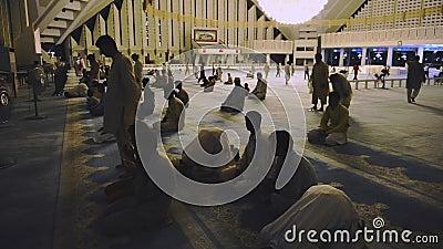 Video von Islam-Mulim-Menschen in muslimisch betenden und sitzen auf Moschee Faisal Mosque stock video